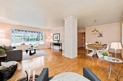 Stuen har grei størrelse, men taket henger, veggene ser ikke ut, og det er generelt behov for en oppfriskning.
