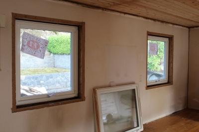 Og der var begge vinduene byttet. Det skal på sprosser etterhvert, for det må jo ett søtt lite hus ha